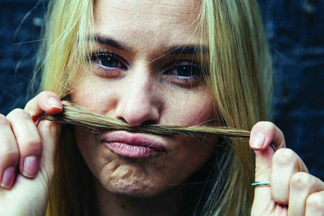 Moustache, jeune femme