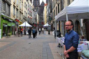 Mickaël Chaillaud, président de l'association Cœur de ville, devant sa boutique rue des Gras.