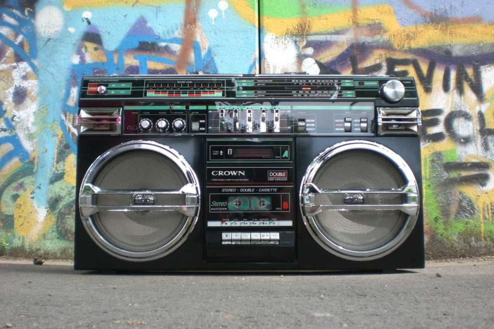 Poste Radio 80's Hip Hop sur fond de graffitis
