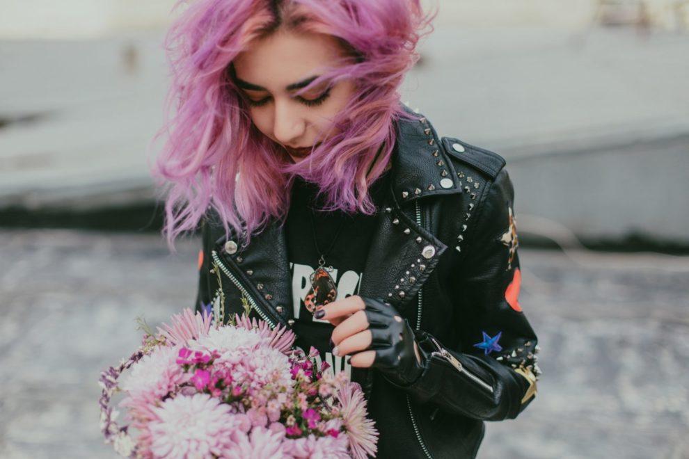 Jeune fille aux cheveux roses Color-Mania