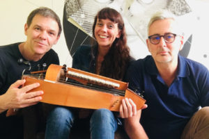 Trio Muddy Gurdy de gauche à droite Tia Gouttebel, Gilles Chabenat et Marc Glomeau