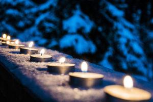 Bougies posées sur un muret / Pixabay
