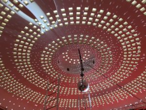 Eclairage rouge et boule à facettes sur la coupole