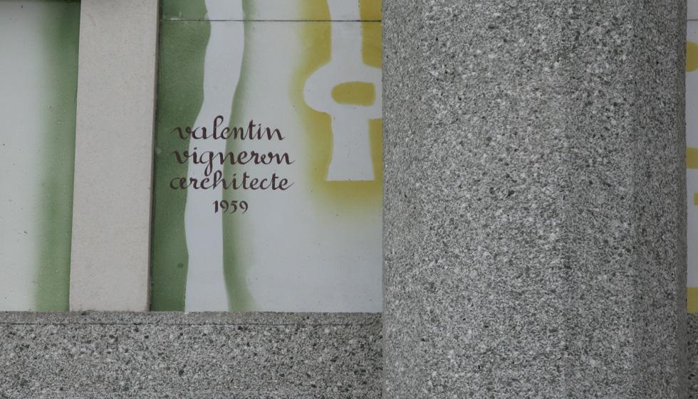 Détail de la façade de la Gare Routière avec signature V Vigneron