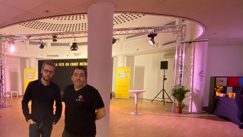 J. Falkouska et S. Serré devant la coupole de leur lieu de travail