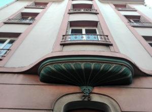 Détail d'élément de décoration extérieur sur un immeuble clermontois de 1938 / Photo O.Perrot