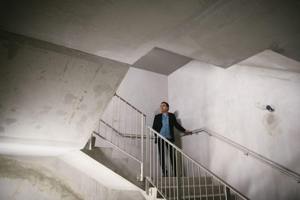 Jean-Marc Grangier dans le chantier du nouveau théâtre.