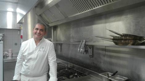 Le chef Hugo Czechowicz dans sa nouvelle cuisine de Tocques Académie
