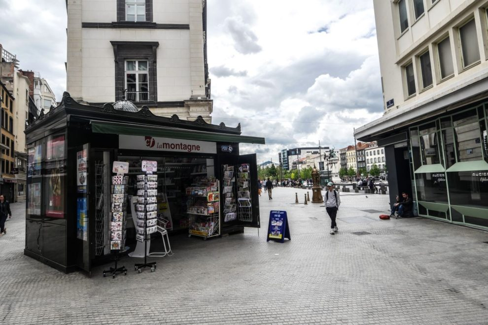 Le kiosque de la Place de Jaude dépourvu des quotidiens nationaux.