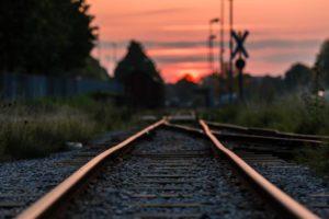 ligne de chemin de fer au soleil couchant