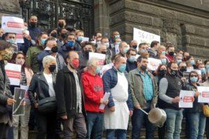 Restaurateurs et Hôteliers auvergnats sur les marches de la préfecture / Photo 7 Jours à Clermont