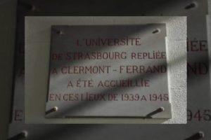Plaque commémorative située dans le grand hall de l'Université
