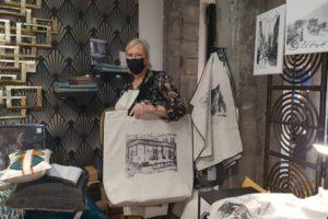M-C. Dufour porte un sac spécial 90 ans de la Maison Juillard / Photo 7 Jours à Clermont