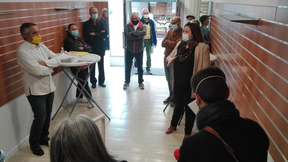 L'élue Julie Duvert entourée de commerçant et d'habitants de Chamalières / Photo 7 Jours à Clermont