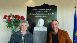Jean Chauchard et Thierry Courtadon devant le buste de François Mitterrand