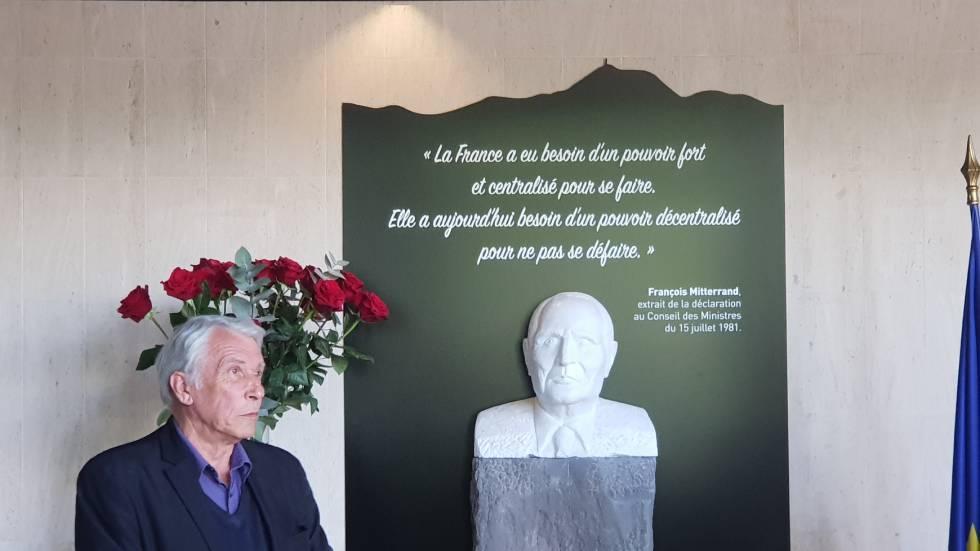 Gilbert Mitterrand et le buste de son père. Photo O. Perrott