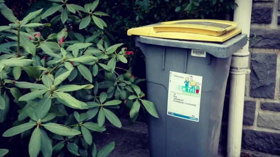 Poubelle à couvercle jaune à Clermont-Ferrand