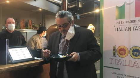 Olivier Bianchi dégustant des pâtes / Photo Eloïse Gerenton