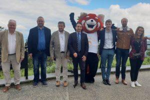 """Les membres du nouveau GIE """"Objectif Auvergne"""" entourent le pdt du département et une incontournable mascotte / Photo 7 Jours à Clermont"""