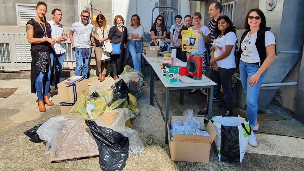 L'équipe de ramasseurs de déchets Orange place des Bughes/ Photo Orange