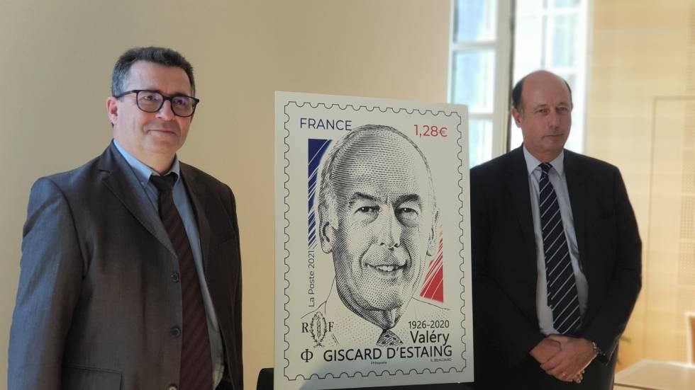 Le directeur territorial de la Poste et Louis Giscard d'Estaing présentent le timbre à l'effigie de VGE